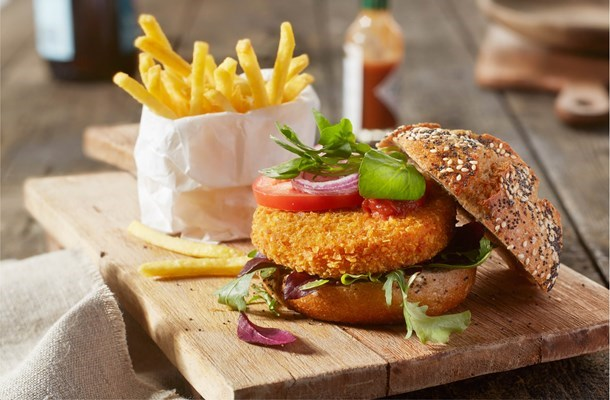 aviko_-spicy-sweet-corn-burgers_vega-burger-met-friet-2